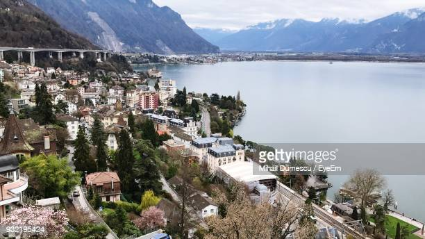 scenic view of lake and mountains against sky - kanton waadt stock-fotos und bilder