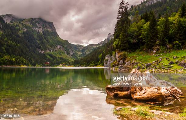 scenic view of lake and mountains against sky - skigebied stockfoto's en -beelden