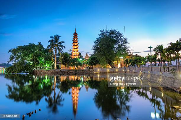 scenic view of lake at tran quoc pagoda against blue sky - ハノイ ストックフォトと画像