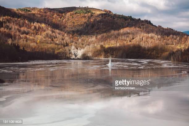 scenic view of lake by mountain against sky - bortes stockfoto's en -beelden