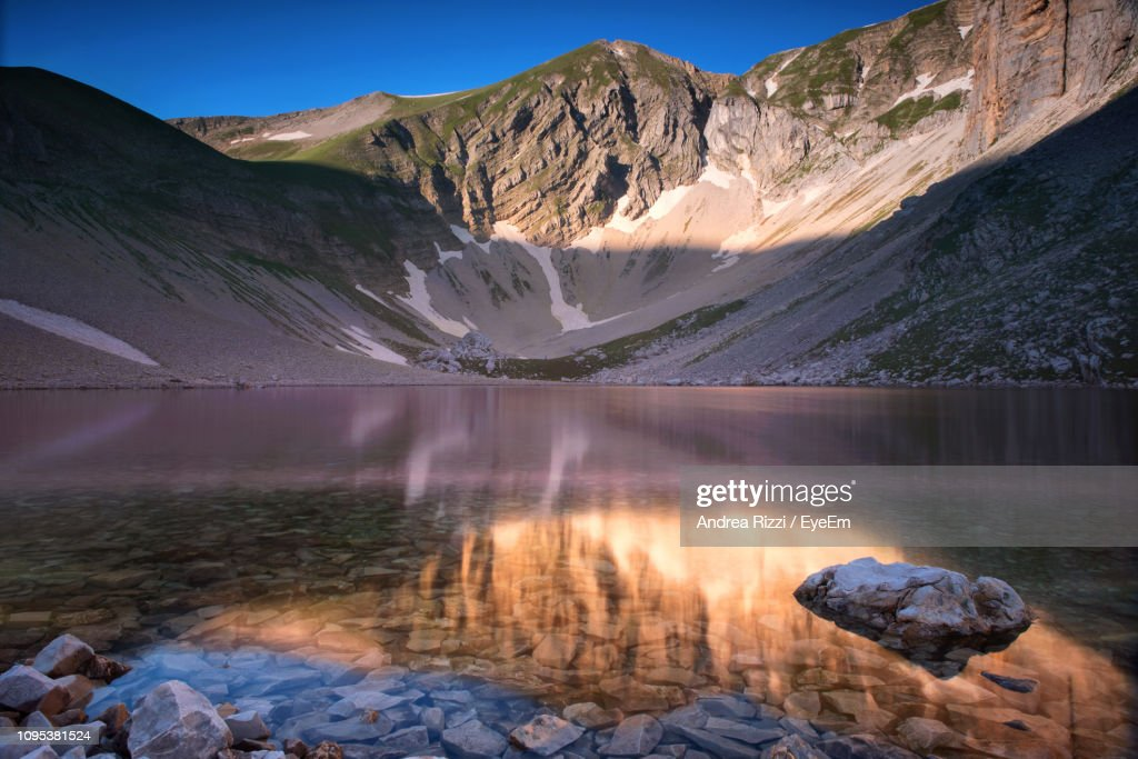 Scenic View Of Lake By Mountains Against Sky : Foto de stock