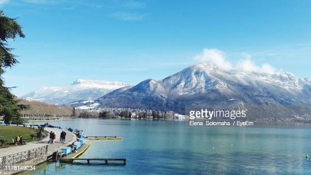 scenic view of lake by mountains against sky - フランス アヌシー ストックフォトと画像