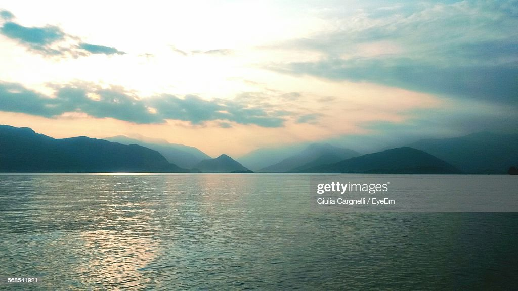 Scenic View Of Lake By Mountains Against Sky : Stockfoto