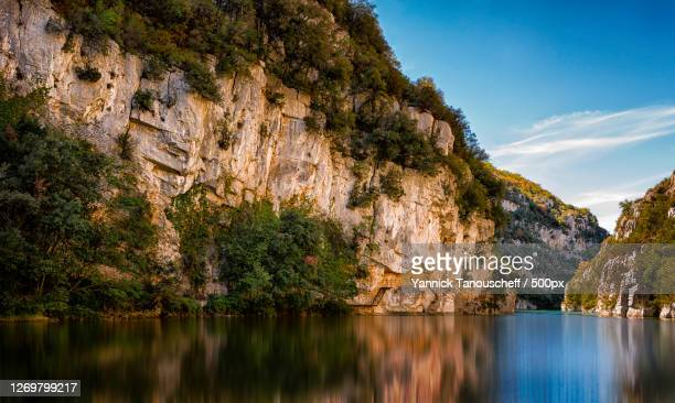 scenic view of lake by mountains against sky, riez, france - アルプドオートプロバンス県 ストックフォトと画像