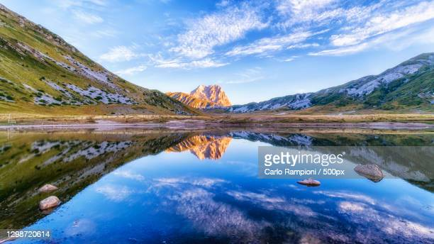 scenic view of lake by mountains against sky,campo imperatore,italy - グランサッソアンドラガ国立公園 ストックフォトと画像