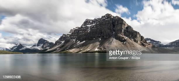 scenic view of lake by snowcapped mountains against sky,bow lake,canada - wasser imagens e fotografias de stock
