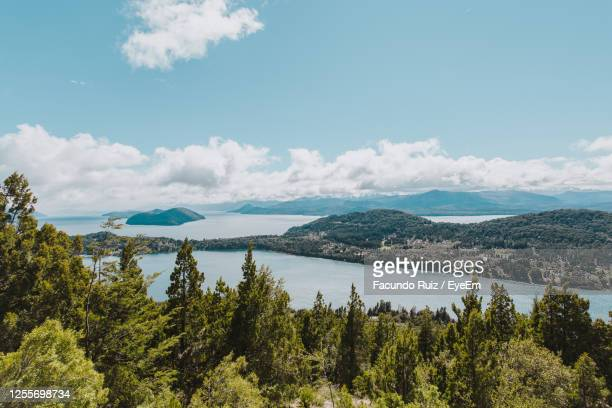 scenic view of lake by trees against sky - バリローチェ ストックフォトと画像