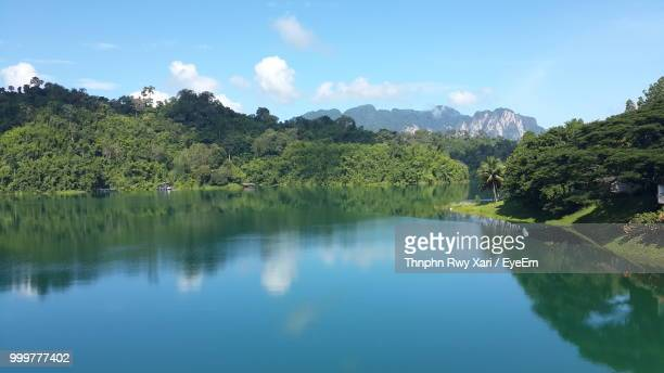 scenic view of lake by trees against sky - surat thani province stock pictures, royalty-free photos & images