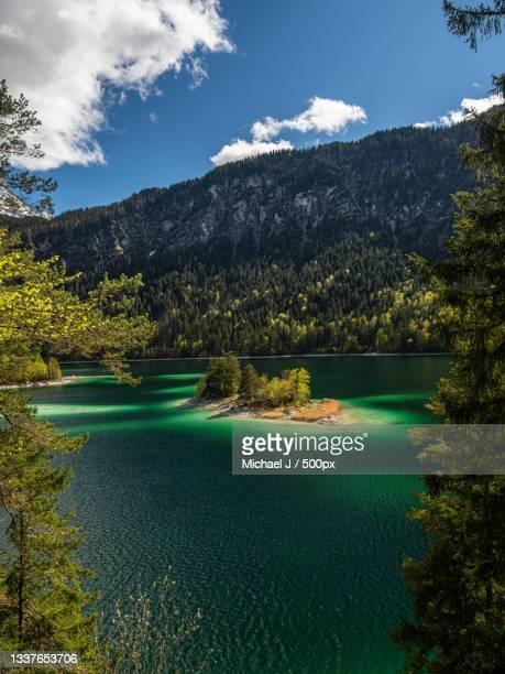 scenic view of lake by trees against sky,eibsee,grainau,germany - wasser imagens e fotografias de stock