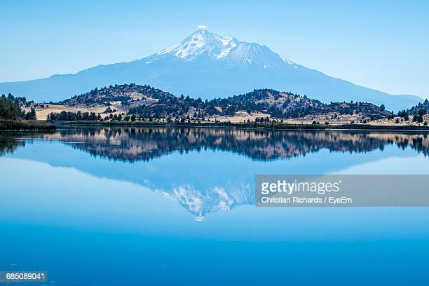 scenic view of lake with mountains in background - mt shasta stock pictures, royalty-free photos & images