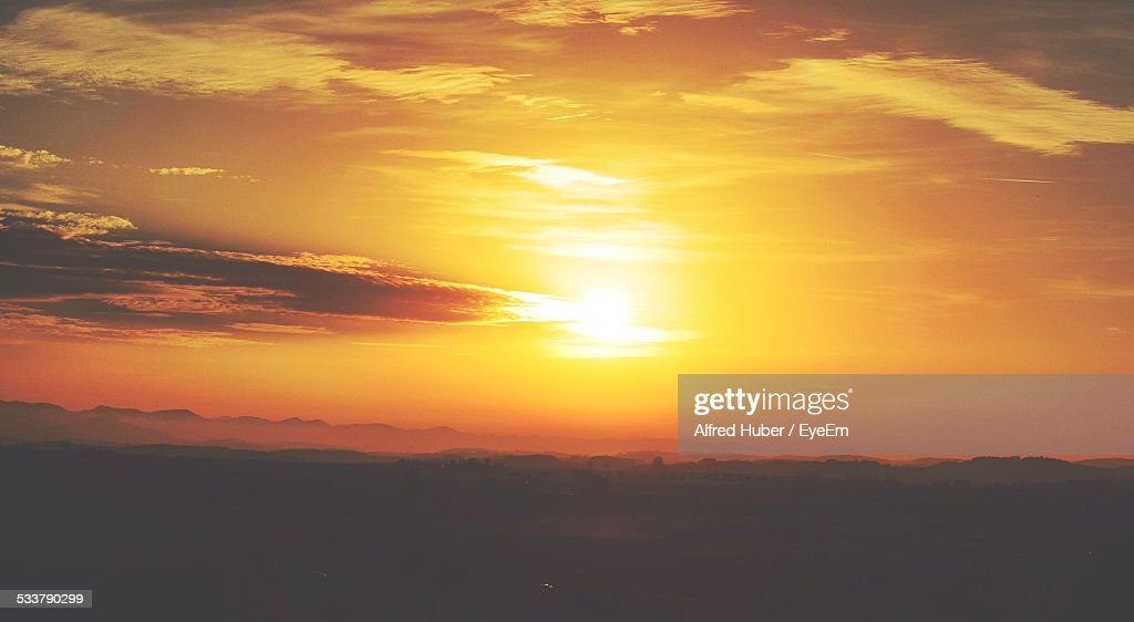 Scenic View Of Landscape Against Cloudy Sky During Sunset : Foto stock