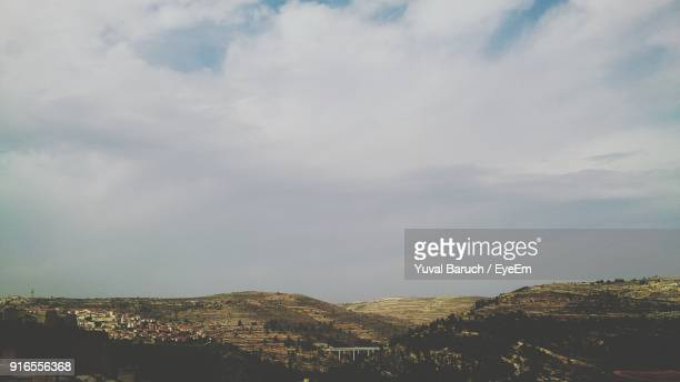 scenic view of landscape against sky - barulho stock pictures, royalty-free photos & images