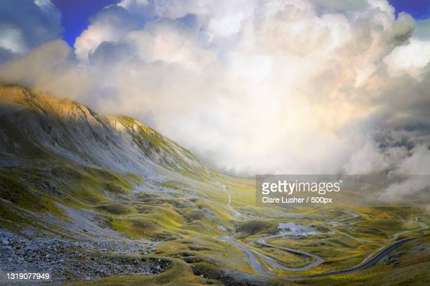 scenic view of landscape against sky,campo imperatore,italy - parco nazionale del gran sasso e monti della laga foto e immagini stock