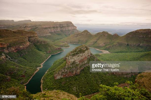 scenic view of landscape and river against sky - マプマランガ州 ストックフォトと画像
