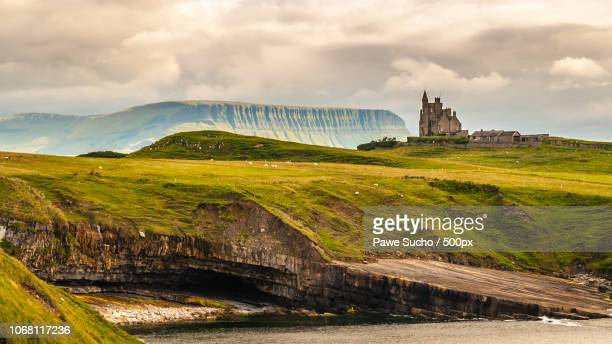 scenic view of landscape with classiebawn castle - irlanda fotografías e imágenes de stock