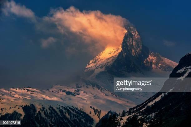 scenic view of matterhorn with clouds during sunset - pinnacle peak stock-fotos und bilder