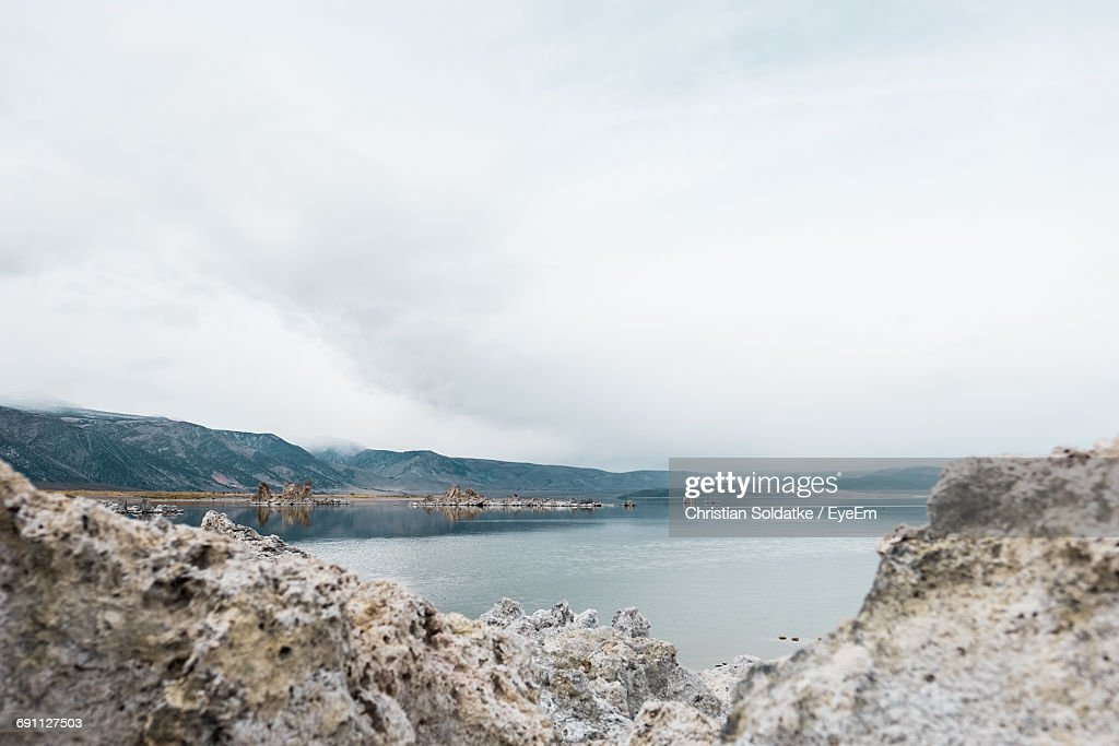 Scenic View Of Mono Lake And Mountains Against Sky : Stock-Foto
