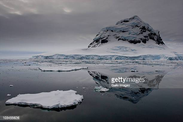 scenic view of mountain in port lockroy, antarctica - ijsschots stockfoto's en -beelden