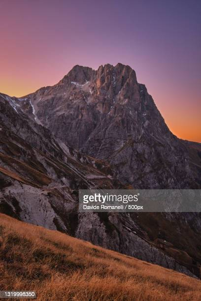 scenic view of mountains against clear sky during sunset,campo imperatore,italy - グランサッソアンドラガ国立公園 ストックフォトと画像