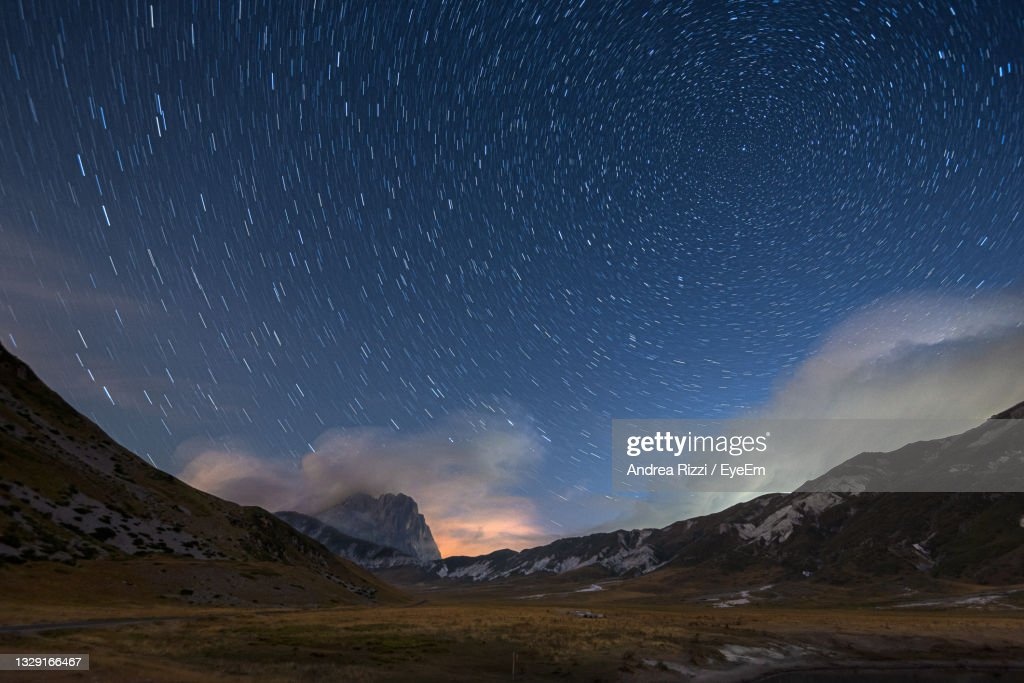 Scenic View Of Mountains Against Sky At Night, Campo Imperatore : Foto stock