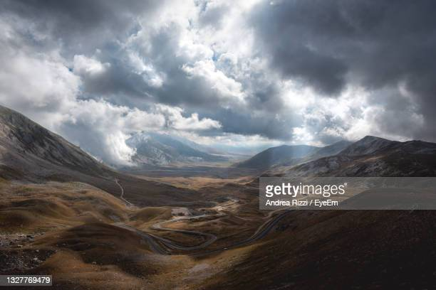 scenic view of mountains against sky, campo imperatore abruzzo - andrea rizzi stock pictures, royalty-free photos & images