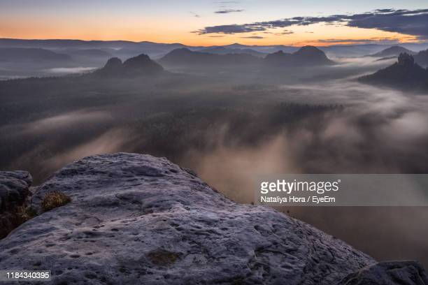 scenic view of mountains against sky during sunset - ver a hora stockfoto's en -beelden