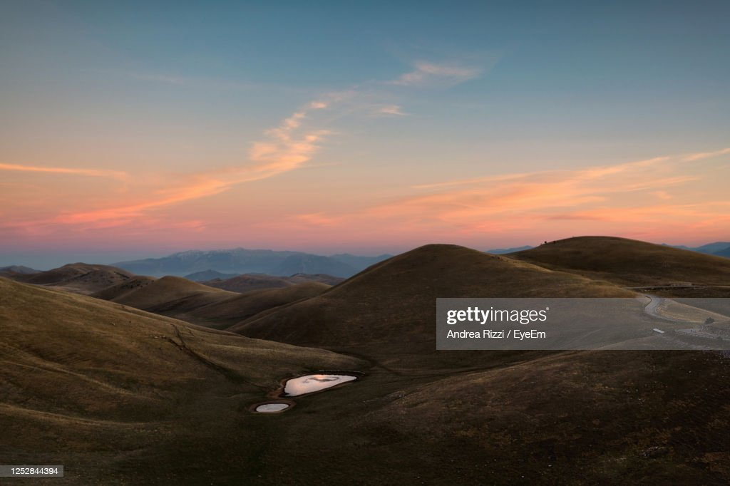 Scenic View Of Mountains Against Sky During Sunset : Foto stock