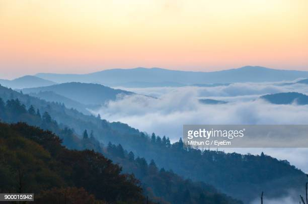 scenic view of mountains against sky during sunset - parque nacional das great smoky mountains - fotografias e filmes do acervo
