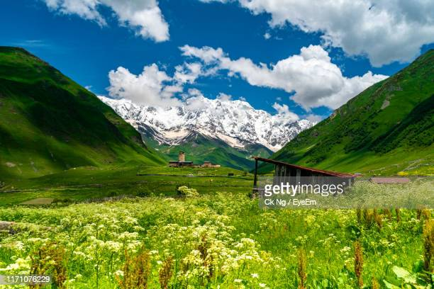 scenic view of mountains against sky - コーカサス山脈 ストックフォトと画像