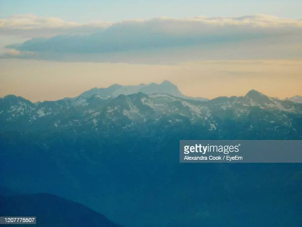 scenic view of mountains against sky - バニェールドビゴール ストックフォトと画像