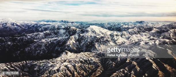 scenic view of mountains against sky - himalaya photos et images de collection