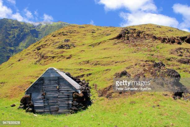 scenic view of mountains against sky - tristan da cunha eiland stockfoto's en -beelden