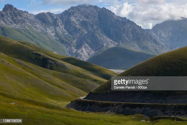 scenic view of mountains against sky,campo imperatore,italy - campo imperatore foto e immagini stock
