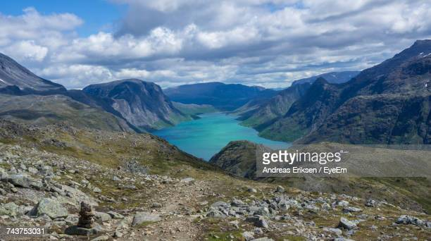 scenic view of mountains and lake against cloudy sky - eriksen foto e immagini stock