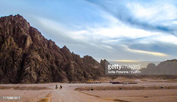 scenic view of mountains at desert against sky - sharm el sheikh foto e immagini stock