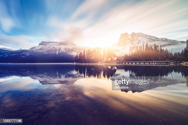 scenic view of mountains at emerald lake - canada imagens e fotografias de stock