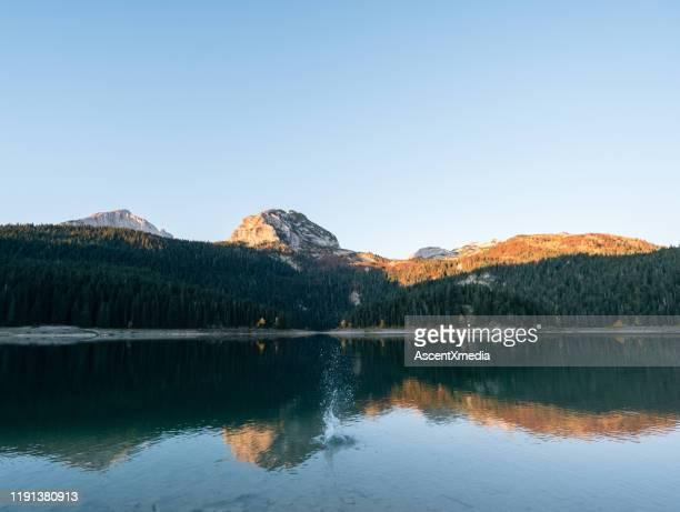 vista cénico das montanhas sobre o lago no nascer do sol - margem do lago - fotografias e filmes do acervo