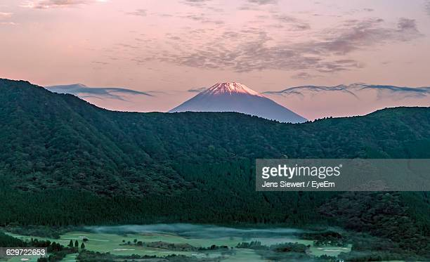 scenic view of mt fuji against sky - jens siewert stock-fotos und bilder