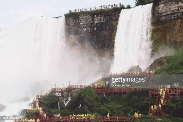 scenic view of niagara falls - bortes stockfoto's en -beelden