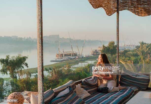 malerische aussicht auf den nil bei sonnenuntergang - ägypten stock-fotos und bilder