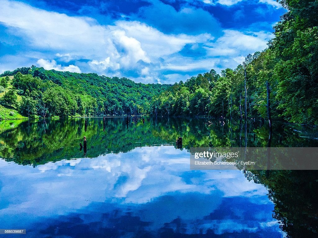 Scenic View Of North Bend Lake Against Cloudy Sky : Foto de stock