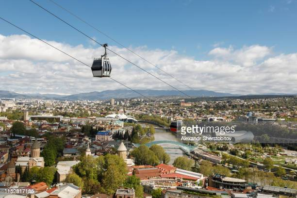 scenic view of overhead cable car above old tbilisi - トビリシ ストックフォトと画像