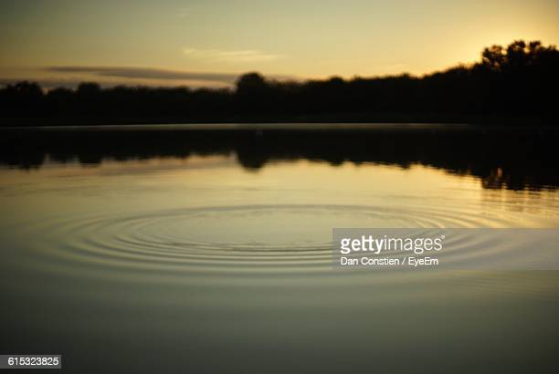 scenic view of rippled pond during sunset - pequeno lago - fotografias e filmes do acervo
