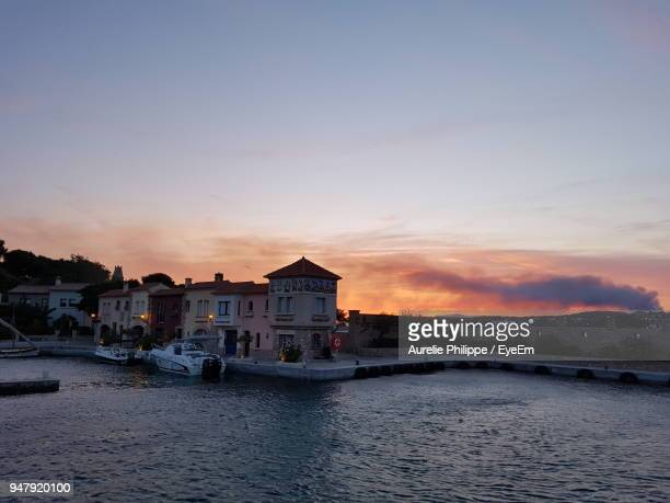 scenic view of river against sky during sunset - bandol photos et images de collection