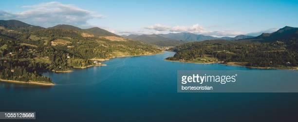 scenic view of river amidst mountains against sky - bortes fotografías e imágenes de stock
