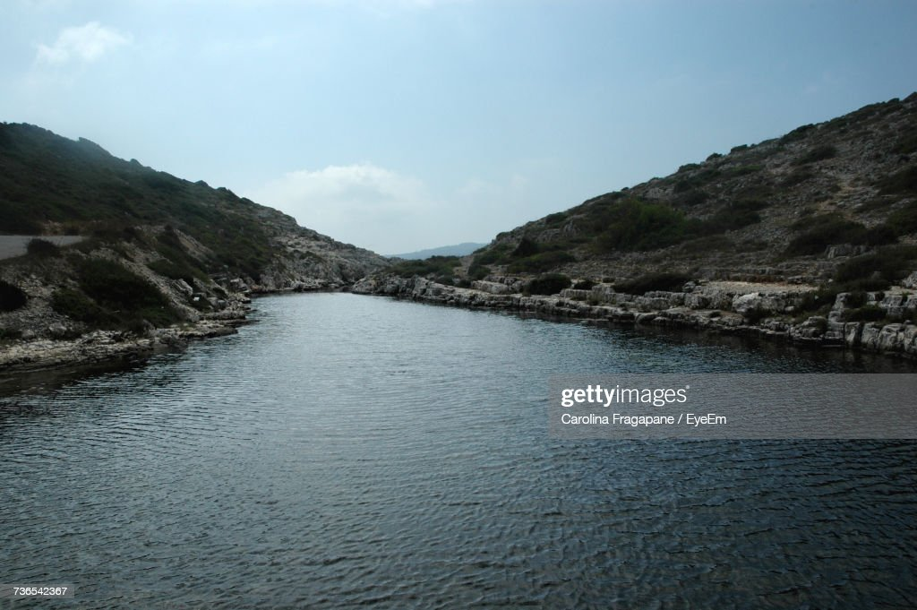 Scenic View Of River Amidst Mountains Against Sky : Foto stock