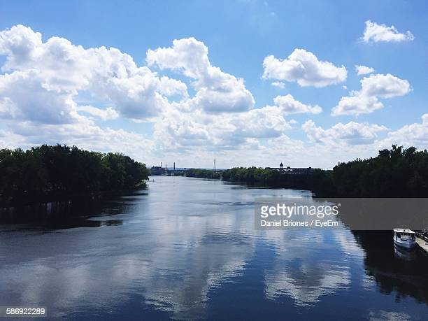 scenic view of river amidst trees against cloudy sky - コネチカット州ハートフォード ストックフォトと画像