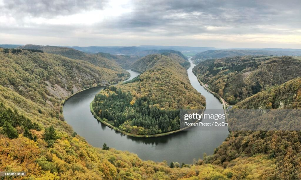 Scenic View Of River By Mountains Against Sky : Stock-Foto