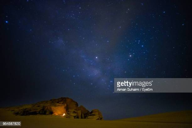 scenic view of rock formation against sky at night - suhaimi 個照片及圖片檔