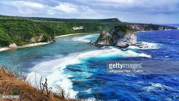 scenic view of rock formation in sea against sky - 北マリアナ諸島 ストックフォトと画像